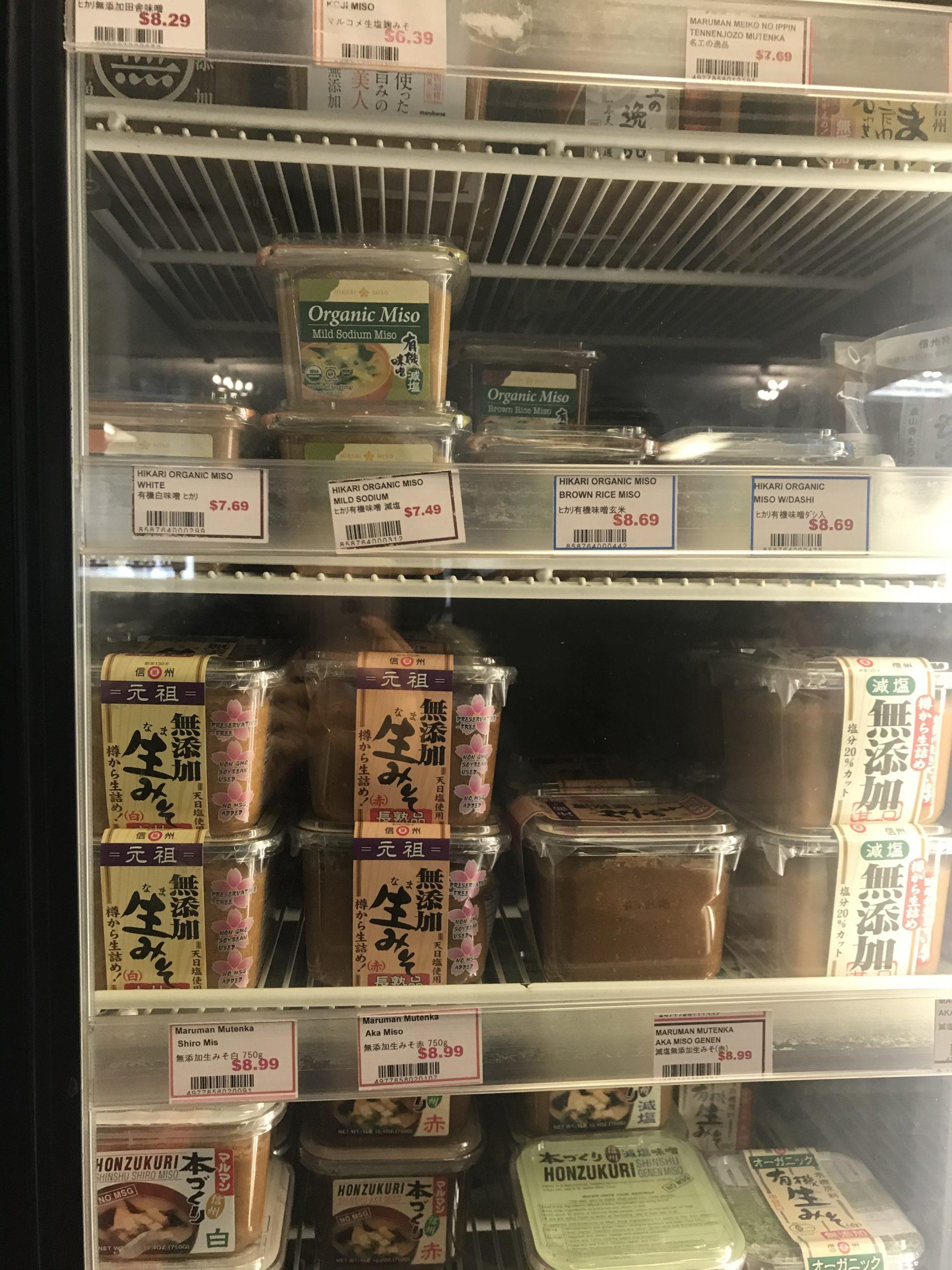 日本食材スーパーの味噌コーナー③