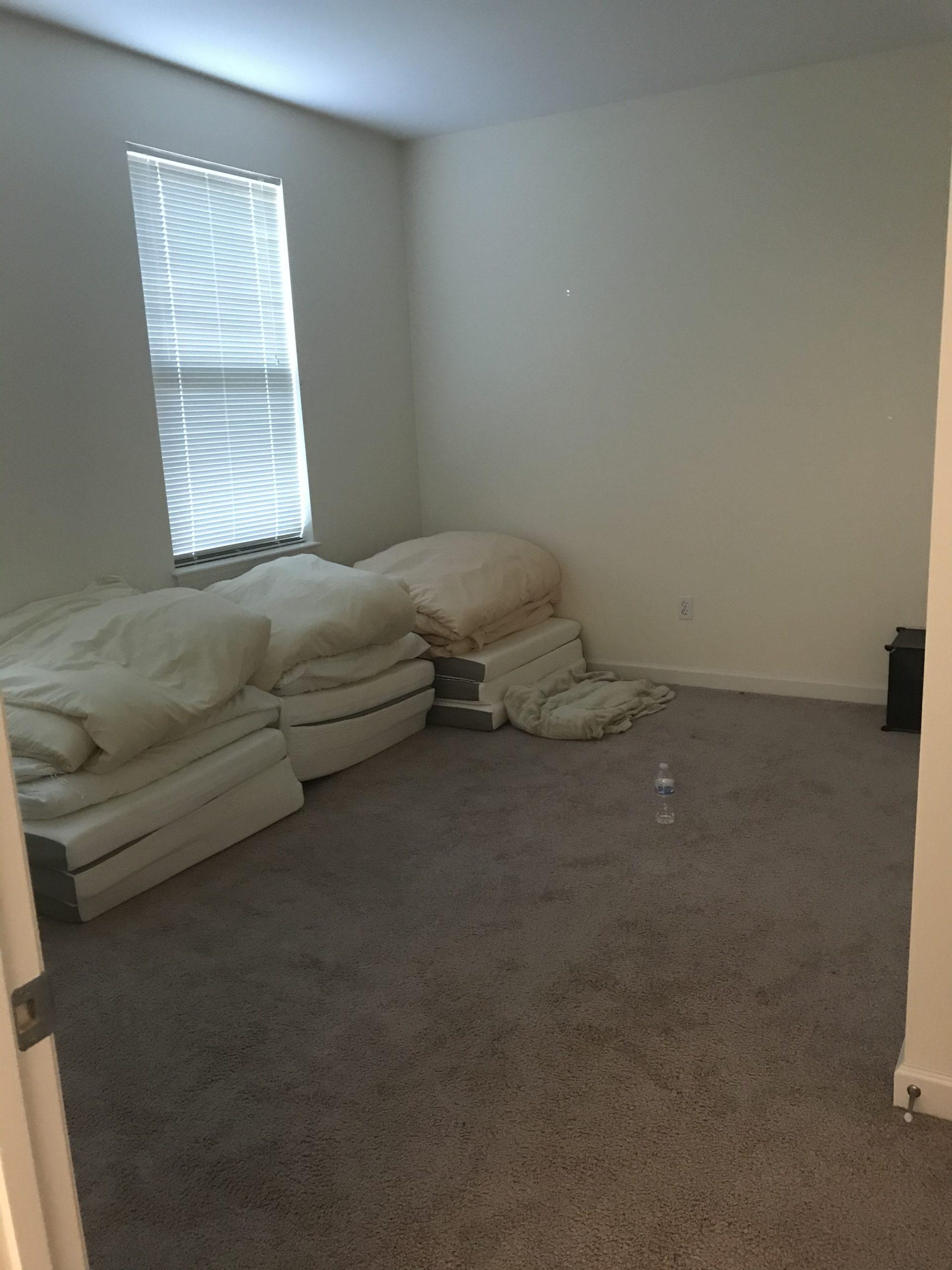 布団を畳んだ時の部屋の様子。広々と多用途に使うことができます。参考にペットボトルを置いてみました。
