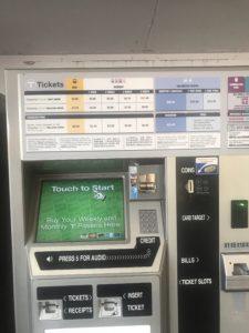 駅に設置されている券売機の写真