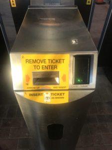改札の通り方(チケットを入れる場所)写真